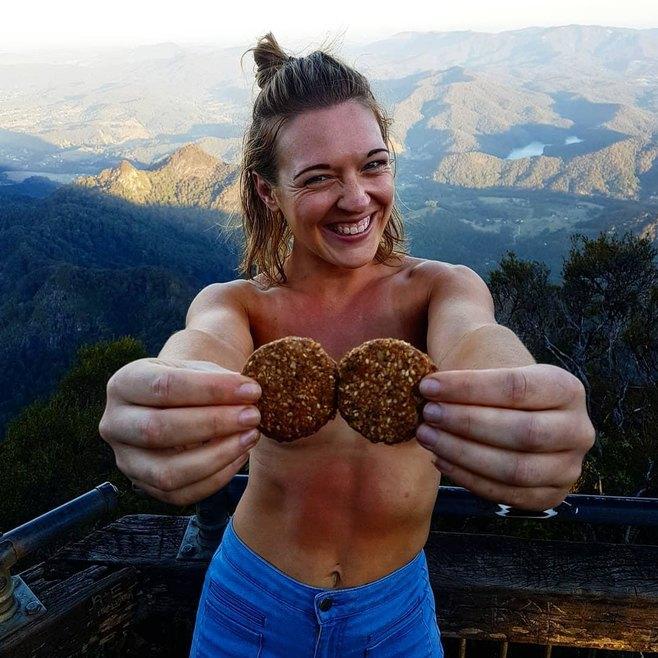 Девушка из Австралии путешествует голышом2.jpg