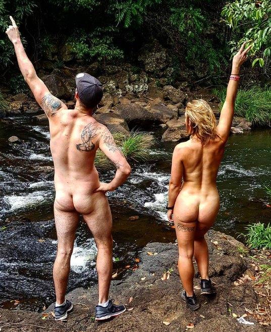 Девушка из Австралии путешествует голышом3.jpg