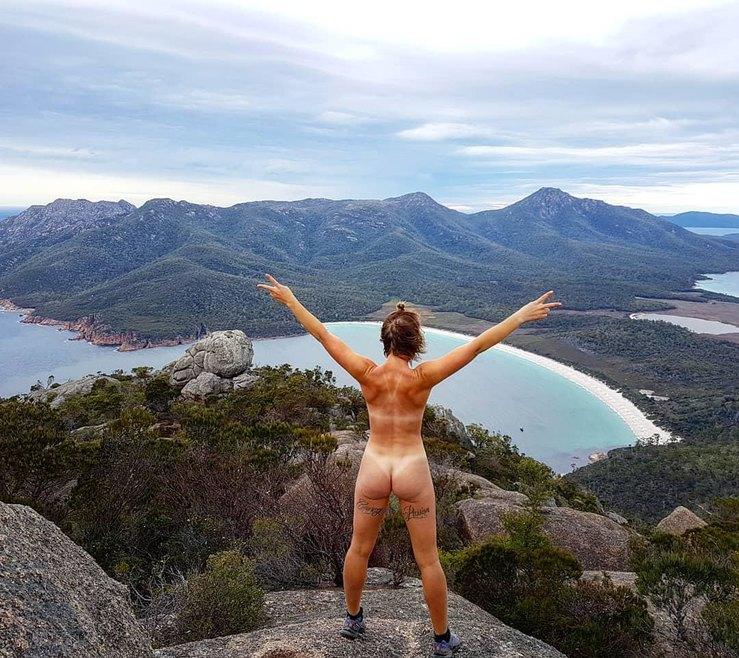 Девушка из Австралии путешествует голышом9.jpg
