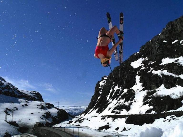 девушка на лыжах в купальнике.jpg