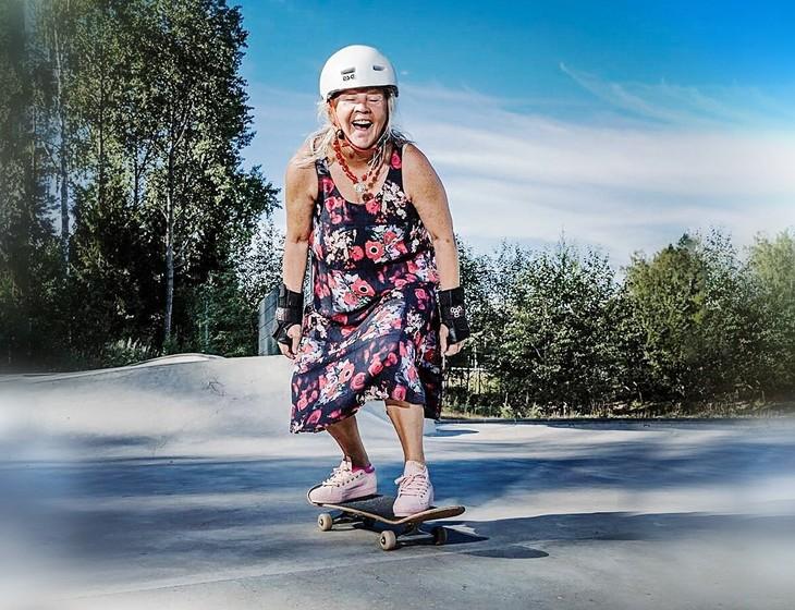 старушка на скейте.jpeg
